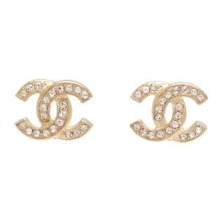【CHANEL】香奈兒經典雙C LOGO 水鑽鑲嵌滾邊壓紋穿式耳環(金88429-OR)