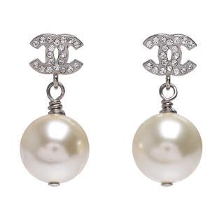 【CHANEL】經典雙C造型水鑽鑲嵌珍珠墜飾穿式耳環(銀36138-ARG)
