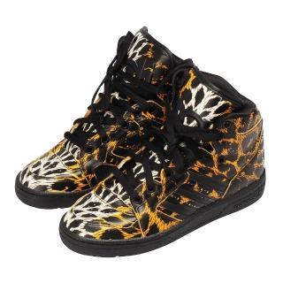 【Adidas】OriginalsJeremy Scott 豹紋高筒球鞋(黑色D65985)