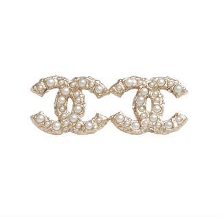 【CHANEL】香奈兒經典CC LOGO 大小珍珠鑲嵌穿式耳環(金64766-BLANC-OR)