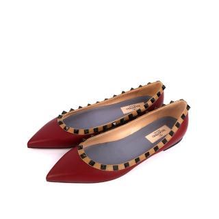 【VALENTINO】羊皮尖頭黑鉚釘ROCKSTUDS平底鞋(酒紅焦糖邊)