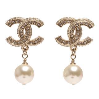 【CHANEL】香奈兒經典CC LOGO大小水鑽鑲嵌珍珠吊飾造型穿式耳環(金86506-OR)