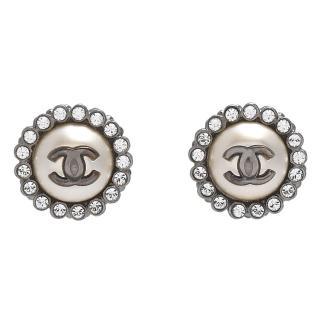 【CHANEL】香奈兒經典雙C LOGO水鑽圍繞鑲嵌圓形針式耳環(銀97128-ARG)