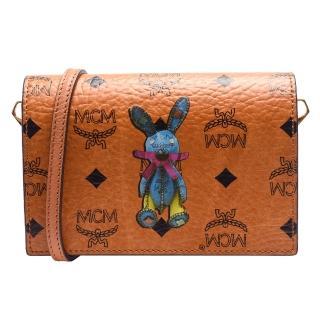 【MCM】經典塗層帆布兔子造型印花斜背/手拿釦式斜背包(棕色MWR5SXL41-CO001)