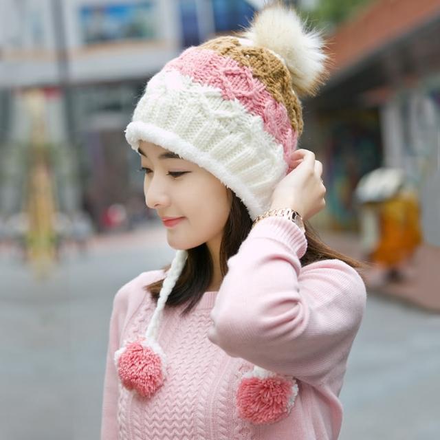 【幸福揚邑】雙吊球造型雙層保暖護耳小顏拚色毛球針織毛線帽-白