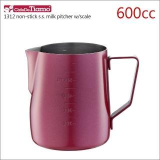 【Tiamo】1312不沾外層不鏽鋼拉花杯-附刻度標-紅色-600cc(HC7087RD)  Tiamo