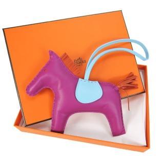 【Hermes 愛馬仕】小羊皮手工馬兒吊飾(大/桃紫)  Hermes 愛馬仕