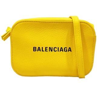 【Balenciaga 巴黎世家】552372 經典EVERYDAY系列品牌字母烙印小牛皮相機斜背包(黃色-XS號)折扣推薦  Balenciaga 巴黎世家