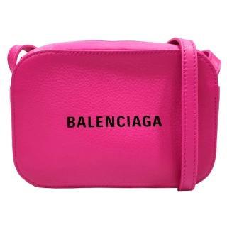 【Balenciaga 巴黎世家】552372 經典EVERYDAY系列品牌字母烙印小牛皮相機斜背包(桃色-XS號) 推薦  Balenciaga 巴黎世家