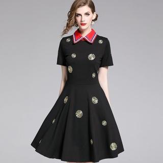 【a la mode 艾拉摩兒】金圓花刺繡紅翻領黑洋裝(S-2XL)  a la mode 艾拉摩兒