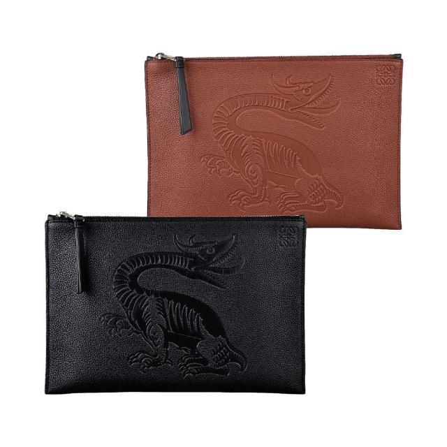 【LOEWE 羅威】LOEWE DRAGON BLACK壓印LOGO飛龍浮雕設計牛皮6卡拉鍊手拿包(兩色)