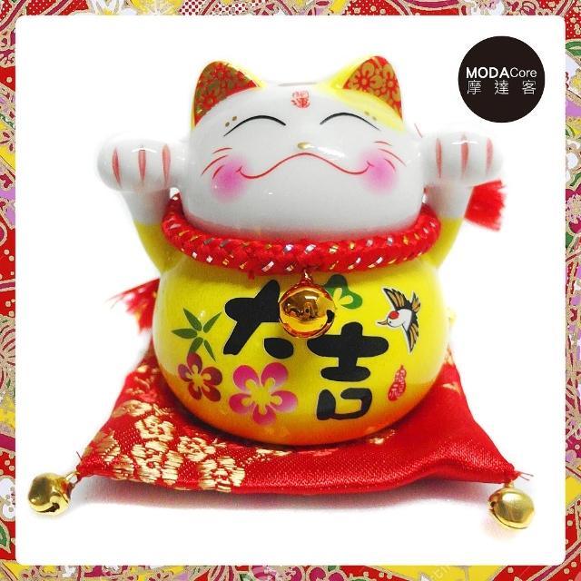 【摩達客】農曆新年春節 開運陶瓷4吋大吉黃色小型招財貓/撲滿存錢桶擺飾桌飾(含坐墊)