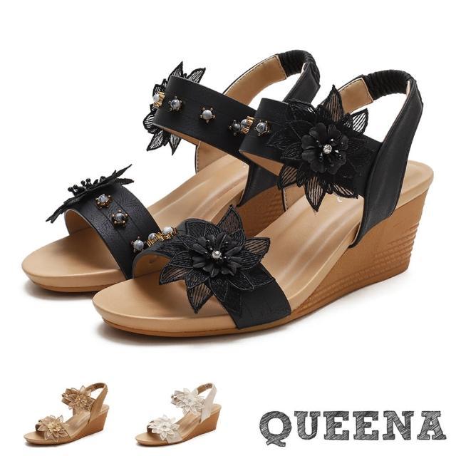【QUEENA】楔型涼鞋 一字涼鞋/立體柔美紗花珍珠釦飾一字帶造型坡跟羅馬涼鞋(3色任選)