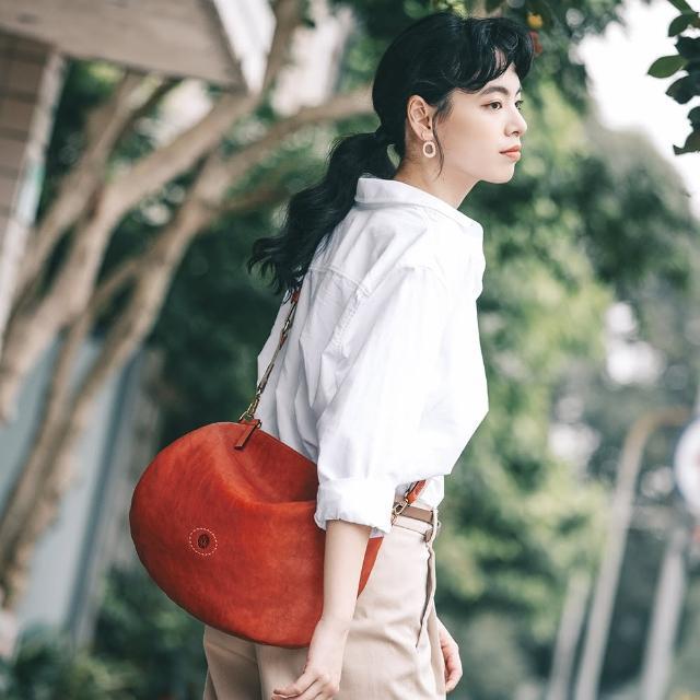 【ZODENCE 佐登司】ZODENCE HAN義大利植鞣革不對稱斜背包-大(橘紅)