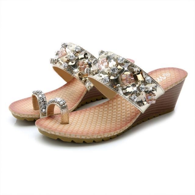 【Taroko】奢華水晶鑽套趾坡跟春夏一字拖鞋(2色可選)