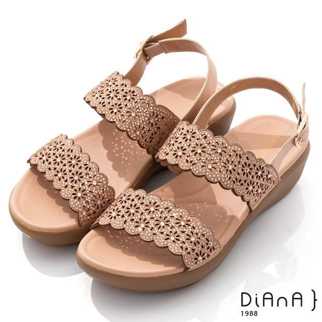 【DIANA】4.5cm點點水鑽花朵邊寬板一字露趾涼鞋-浪漫戀曲(杏)