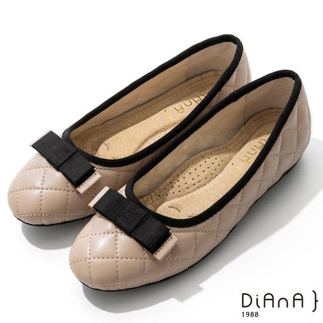 【DIANA】2cm質感牛皮經典菱格紋平蝴蝶結飾釦圓頭娃娃鞋(奶茶)