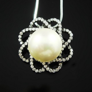 【蕾帝兒珠寶】-花上明珠白色貝珠墜鍊