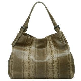 【Bottega Veneta】仿蟒蛇壓紋真皮肩包購物包(淺咖啡261376-1500)