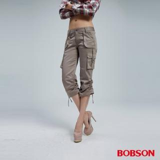 【BOBSON】女款貼袋色布抽繩七分褲(卡其)