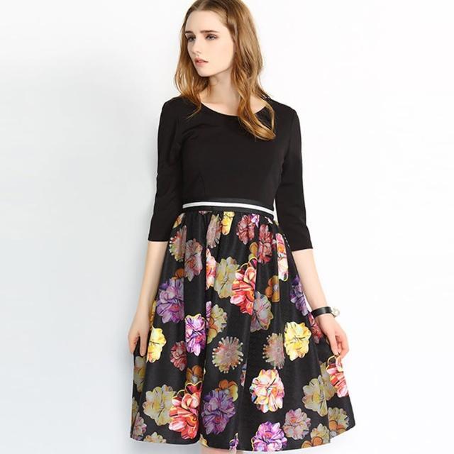 【a la mode 艾拉摩兒】黑色七分袖花朵印花中裙洋裝連衣裙(S-XL)
