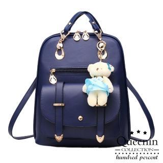 【DF Queenin日韓】韓版熊吊飾仿皮款2用斜背後背包(共3色)