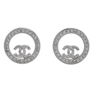 【CHANEL】香奈兒經典CC LOGO水鑽鑲嵌圓形簍空造型穿式耳環(亮銀96562-ARG)