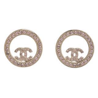 【CHANEL】香奈兒經典CC LOGO水鑽鑲嵌圓形簍空造型穿式耳環(亮金96562-OR)
