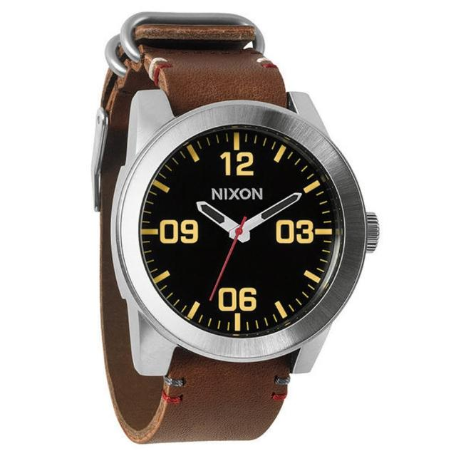 【NIXON】The CORPORAL 回歸夢想時尚運動腕錶-咖啡黃(NXA243019)