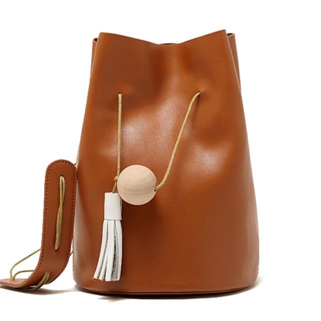 【101 Queen】時尚魅力領袖木球流蘇造型真皮水桶包(共4色)
