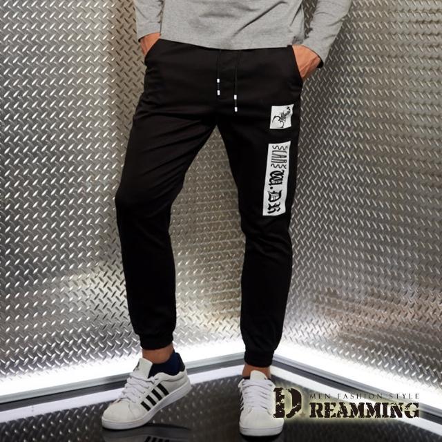 【Dreamming】爆款圖騰布標抽繩束口休閒長褲(黑色)