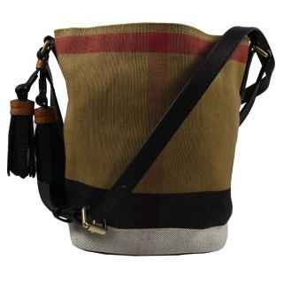 【BURBERRY 巴寶莉】經典格紋棉麻流蘇斜背水桶包(駝/黑)