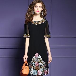 【a la mode 艾拉摩兒】黑色圓領三角繡花透膚中袖短裙洋裝(中大碼/S-4XL)
