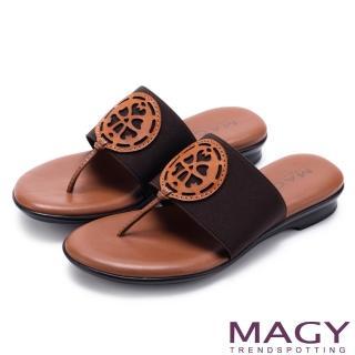 【MAGY】夏日風情 鬆緊帶拼接簍空皮雕夾腳拖鞋(棕色)