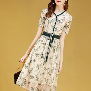 【FQ 時尚天后】淡黃綠葉V領珠釦蕾絲綁帶洋裝(S-2XL)
