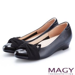 【MAGY】復古上城女孩 布面抓皺質感牛皮楔型低跟鞋(黑色)