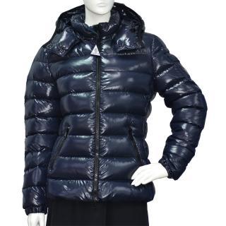 【MONCLER】經典BADY系列品牌LOGO輕盈絎縫羽絨拉鍊連帽外套(女-藍4685806-68950-742)