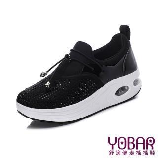 【YOBAR】質感緞面燙鑽異材質拼接彈力氣墊美腿搖搖鞋(黑)