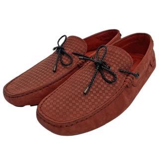 【TOD'S】聯名FERRARI麂皮綁帶手工豆豆鞋(紅XRM0XB0U520VEKR007)